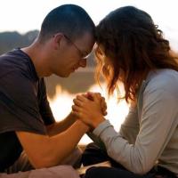 Diez pasos para orar en pareja